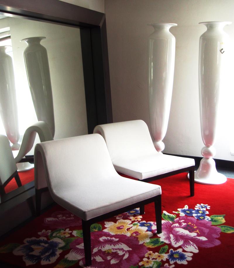 Sitzmöbel aus der Serie SOGNO in leuchtenden Farben